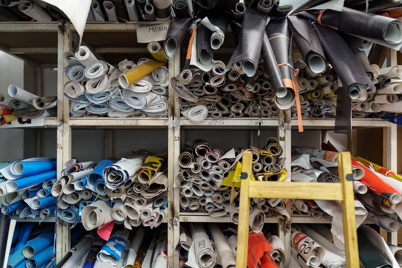 Atelierul Remesh, unde se produc genți din materiale publicitare stradale.
