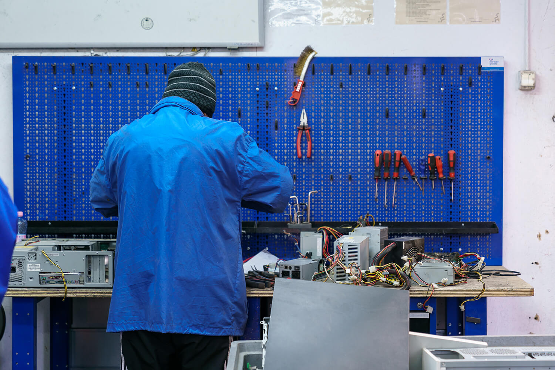 Atelierul Reconect, unde sunt recondiționate sau descompuse computere vechi.