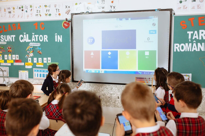 Pe lângă procesul digital de la ore, Ionescu le dă de ales copiilor: a cumpărat șevalete ca să-i îmbie la pictat, a comandat mașini de cusut ca să adune părinții croitori la workshopuri cu elevii. În curtea școlii a vopsit cu ei europaleți pe care stau în pauze.